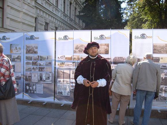 Kilnojamoji paroda ir jos autorius D. Barasa Sostinės dienose Vilniuje 2011 m. (Šilutės muziejaus nuotr.)