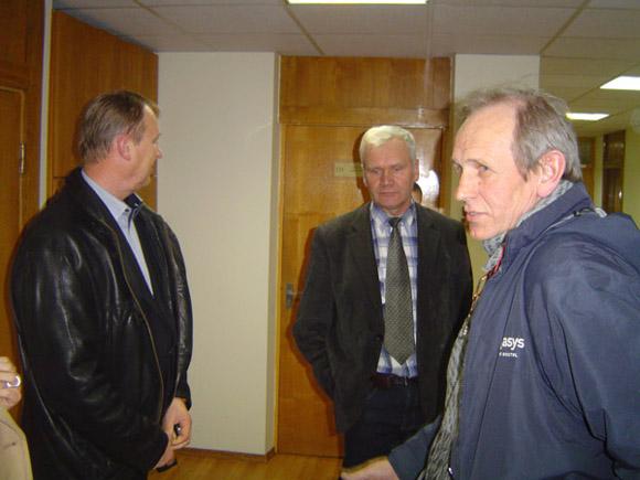 Šilutės politikai Kintų bendruomenės lyderius (iš dešinės) A. Varną ir A. Kližentį pasiuntė prie derybų stalo su naftininkais. (Oresto Lidžiaus nuotr.)