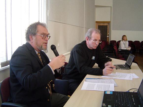 A. Speičys (kairėje) su A. Varnu nori mokyti vaikus buriuoti, bet, pasirodo, Šilutės rajone nėra kur. (Oresto Lidžiaus nuotr.)
