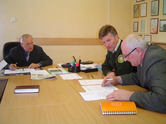Saugaus elgesio ant Kuršių marių ledo taisykles rengia R. Renčeliausko (kairėje) vadovaujama darbo grupė. (Oresto Lidžiaus nuotr.)