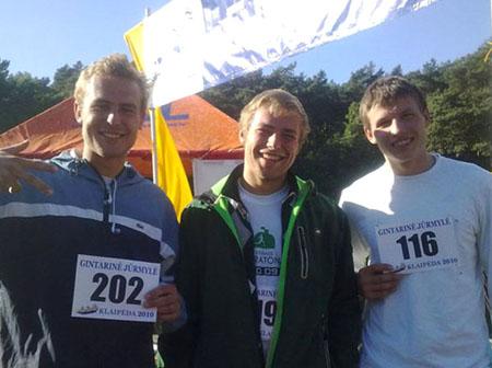 VAIKINAI.(Iš dešinės į kairę) T. Adomaitis, D. Laukevičius, susiruošę į žygį Baltijos jūros pakrante, ir V. Laukevičius, pasirengęs jiems padėti krante. (ve.lt nuotr.)