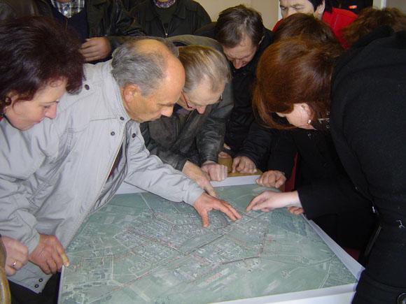 Gyventojai tiesiog apgulė Pagrynių gyvenvietės planą, ieškodami vietų, kur, jų manymu, gali būti sugadinta nusausinimo sistema. (Oresto Lidžiaus nuotr.)