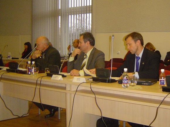 LiCS atstovams Taryboje (iš kairės) S. Kazlauskui, V. Laurinaičiui ir A. Gečui taip pat pristigo drąsos pasakyti 'ne' naftininkas Kintuose. (silutesetazinios.lt archyvo nuotr.)