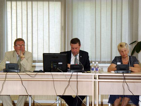 Šilutės r. savivaldybės merui V. Pozingiui (centre) ir abiem jo pavaduotojams pareikštas nepasitikėjimas. (Edvardo Jurjono nuotr.)
