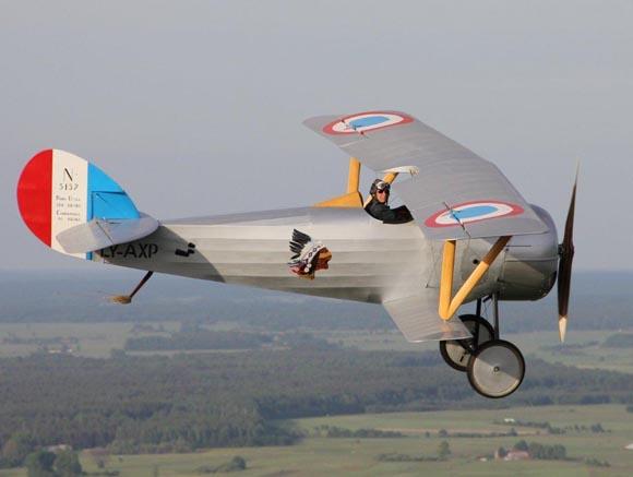 Ramūnas Jurkštas su savo gamybos 'Nieuport 24' (Lietuvos aeroklubo nuotr.)
