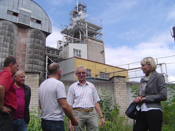B. Degutis (antras iš dešinės) ne iš karto sugebėjo paaiškinti, kur įmonė deda skystąsias gamybos atliekas - vadinamąjį liuterinį vandenį. (Oresto Lidžiaus nuotr.)