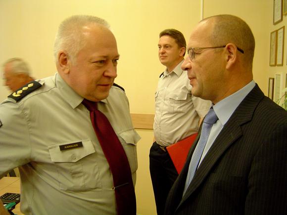 R. Ambrozaitis (dešinėje) vargais negalais sutiko patenkinti G. Karaliaus prašymą dėl savivaldybės paramos likviduojant išsiliejusias į aplinką pavojingas medžiagas. (Oresto Lidžiaus nuotr.)