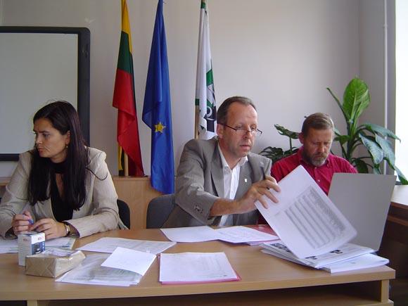 R. Steponkus (centre): 'Popieriaus daugiau negu proto'. (Oresto Lidžiaus nuotr.)