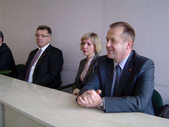 Šilutės merė D. Žebelienė (centre) teigia irgi remianti A. Skardžiaus (dešinėje) kandidatūrą. (Oresto Lidžiaus nuotr.)