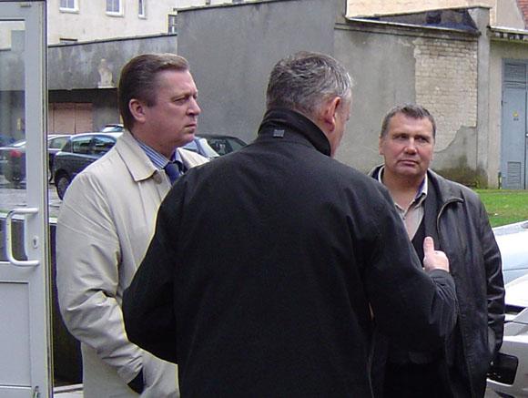 A. Jakas (kairėje), R. Plikšnys ir S. Juodzevičius (jo nuotraukoje nėra) kviečia krašto gyventojus neparsiduoti tamsiosioms politinėms jėgoms, bet patiems pareikšti savo pilietinę valią renkant LR Seimą. (Oresto Lidžiaus nuotr.)