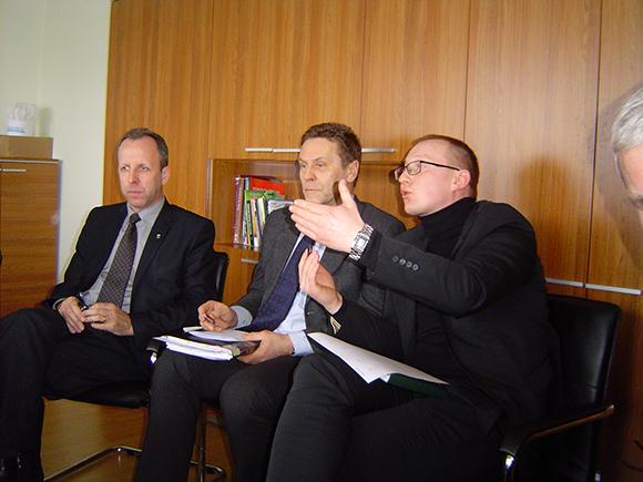 E. Benetis (centre) nustebino savo gebėjimu stebėtis... savo ir savo kolegų Savivaldybės tarnautojų neveiklumu. (silutesetazinios.lt archyvo nuotr.)