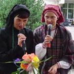 I. Skablauskaitė (kairėje) su šių metų 'Sidabrinės nendrės' premijos laureate V. Galinskiene.