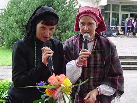 I. Skablauskaitė (kairėje) su šių metų 'Sidabrinės nendrės' premijos laureate V. Galinskiene. (silutesetazinios.lt archyvo nuotr.)