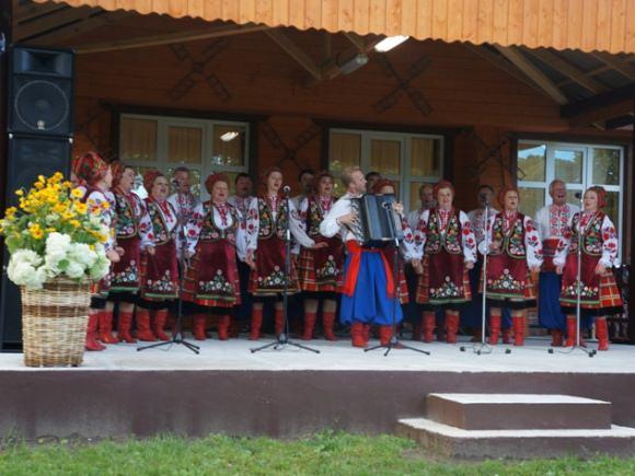 Svečiai iš Ukrainos Bikavėnų Senųjų kaimo tradicijų kultūros centro scenoje. (Šilutės r. savivaldybės nuotr.)