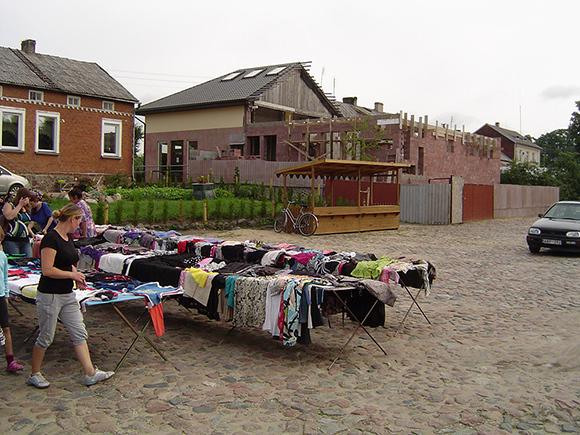 Žemaičių Naumiesčio aikštėje ir toliau karaliauja dėvėtų drabužių prekybininkai. (Oresto Lidžiaus nuotr.)