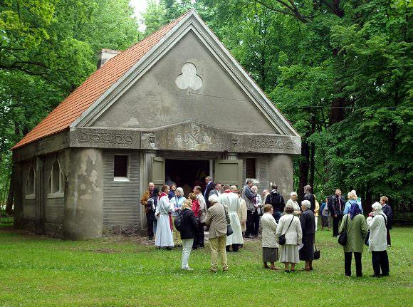 Šią vasarą, per miesto šventę, koplytėlė buvo pašventinta. (Edvardo Jurjono nuotr.)