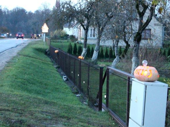 Pernai metais Vilkėno gatvėje švietė moliūgai-žibintai, šiemet čia bus deginamos žvakės. (www.sveksnosnauijienos.lt nuotr.)