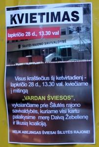 Mieste priklijuota plakatų - kvietimų į mitingą.