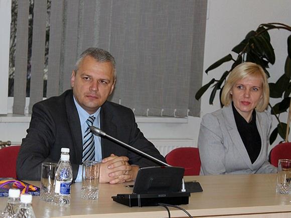 Ministras V. Jukna (nuotraukoje su Šilutės mere D. Žebeliene): 'Jeigu išsiaiškinsime, kad yra problemų dėl kažkieno nekompetencijos, bus imamasi griežtų priemonių. Aš tą pažadu.' (Oresto Lidžiaus nuotr.)
