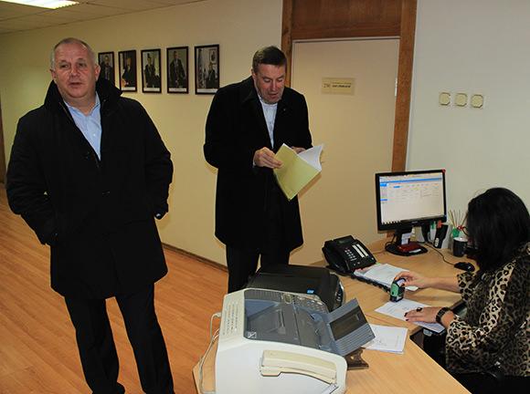 Savivaldybėje užregistruotas pareiškimas dėl nepasitikėjimo mere Daiva Žebeliene. Pareiškimą atnešė S. Stankevičius (kairėje) ir V. Pozingis. (Oresto Lidžiaus nuotr.)