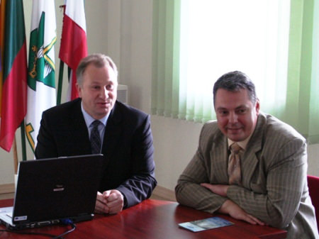 V. Bendaravičius (dešinėje) su Pagėgių meru K. Komskiu. (pagegiai.lt nuotr.)