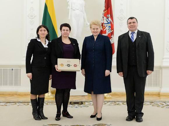 Nuotraukoje su Respublikos Prezidente D. Grybauskaite (iš kairės): A. Jakštaitė, D. Drobnienė, R. Plikšnys. (R. Dačkaus, president.lt, nuotr.)