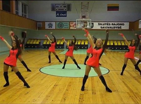 'Šilutės' šokėjos. (youtube.com stop kadras.)