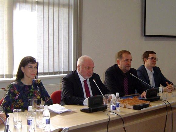 Ministras V. Mazuronis (antras iš kairės, šalia jo Šilutės r. savivaldybės meras Š. Laužikas) žada dar labiau spausti brakonierius. (Oresto Lidžiaus nuotr.)