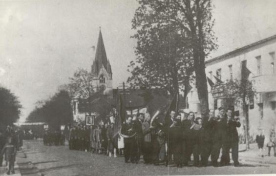 Pirmosios Šilutės apskrities dainų šventės atidarymas: šventinė eisena centrine miesto gatve. 1949 m.