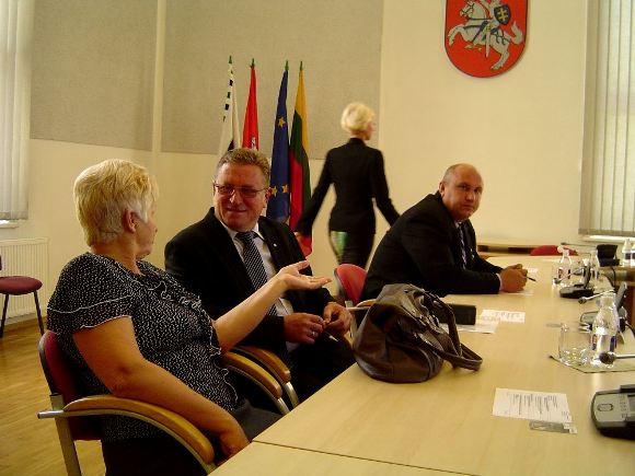V. Pavilonis (antras iš kairės): 'Politiniai žaidimai mero instutucijoje Savivaldybės tarybos veiklą paverčia neįgalia ir dviprasmiška'. (Oresto Lidžiaus nuotr.)