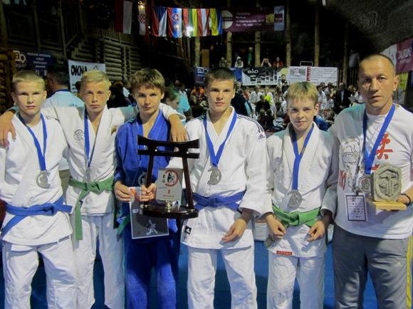 Šilutiškiai dziudoistai (nuotraukoje su treneriu R. Lukošium) komandinėse varžybose iškovojo antrąją vietą.