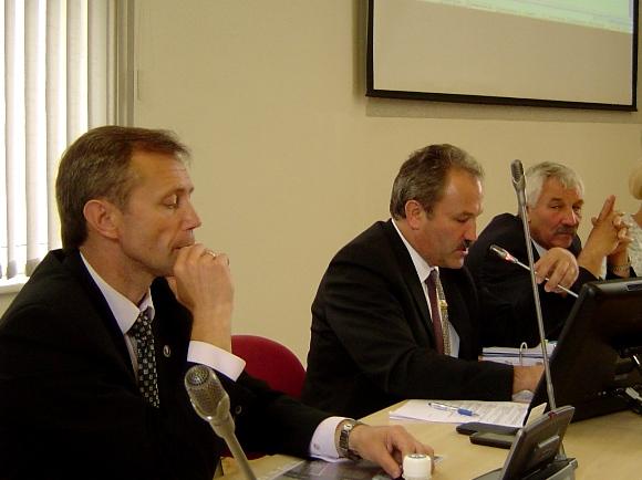 Opozicijos pirmininku išrinktas A. Gečas (kairėje) žada deramai oponuoti rajono valdžiai. Nuotraukoje su juo meras V. Laurinaitis ir vicemeras A. Balčytis. (silutesetazinios.lt archyvo nuotr.)