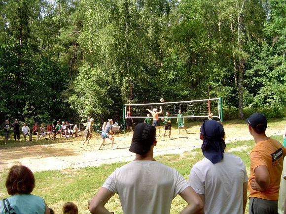 Atnaujintos poilsiavietės pristatymo visuomenei proga naujojoje paplūdimio tinklinio aikštelėje buvo surengtas turnyras urėdo taurei laimėti. (Oresto Lidžiaus nuotr.)