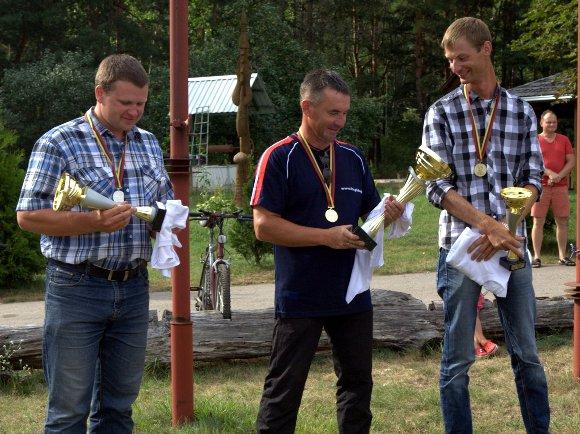 K. Jurkštas (dešinėje) Lietuvos klubinės klasės sklandymo čempionate užėmė trečiąją vietą. (K. Jurkšto asmeninio archyvo nuotr.)
