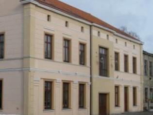Pernai rudenį, rekonstruojant greta esančius kultūros namus, buvo pažeisti UAB 'Energetikos objektų statyba' priklausančio pastato (nuotraukoje) pamatai ir siena. (silutesetazinios.lt archyvo nuotr.)