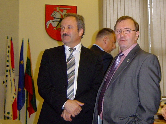 V. Laurinaitis (kairėje) tapo nepajudinamu mero poste iki pat kadencijos pabaigos. (Oresto Lidžiaus nuotr.)