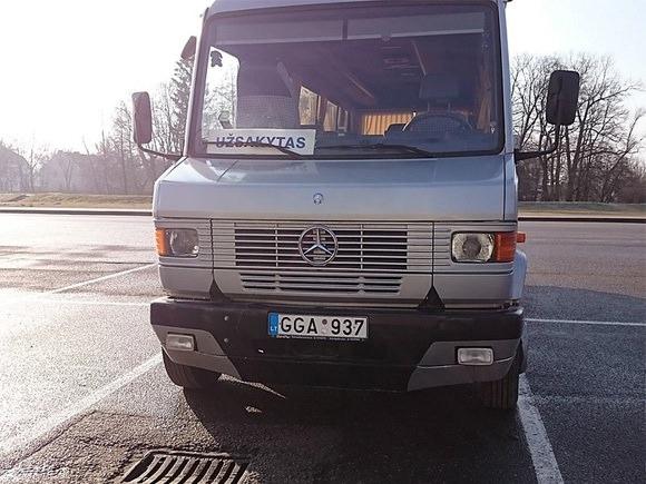 Autobusas, kuriuo, įtariama, buvo vežami rinkėjai balsuoti.