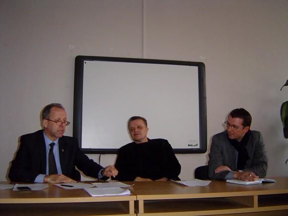 Šilutės seniūnijos VBT pirmininku išrinktas miesto seniūnaitis L. Indriuška (dešinėje), jo pavaduotoju tapo A. Nausėda (centre). Nuotraukoje su jais Šilutės seniūnas R. Steponkus.(Oresto Lidžiaus nuotr.)