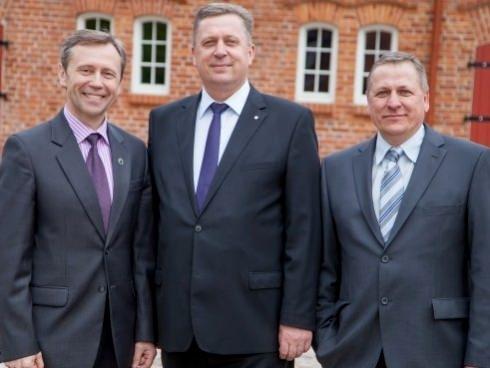 A. Gečas (iš kairės), A. Jakas ir V. Gečas dėkoja krašto gyventojams už pasitikėjimą.