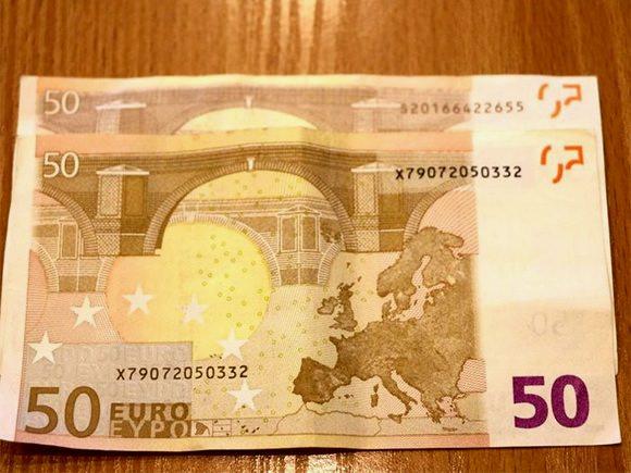 Ant padirbtos euro kupiūros matomi rudi numeriai, tuo tarpu ant tikro euro banknoto numeris yra juodas. (Policijos nuotr.)