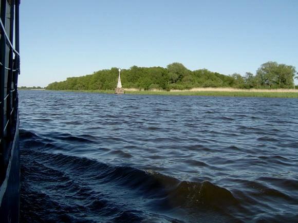Atmatos upės žiotys (žvelgiant iš Kuršių marių), prie kurių ketinama statyti apžvalgos bokštą. (www.silutesetazinios.lt archyvo nuotr.)