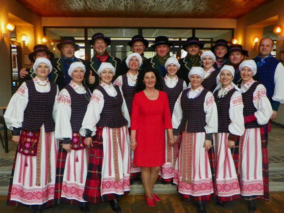 """L. M. Černeckienei, šokių kolektyvo """"Juknaičiai"""" vadovei (centre), siūloma suteikti Juknaičių seniūnijos garbės piliečio vardą. (Salos etnokultūros ir informacijos centro nuotr.)"""