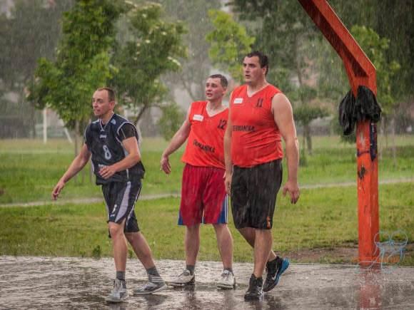 Gatvės krepšinyje lygos varžybos vyksta bet kokiu oru. (Organizatorių nuotr.)