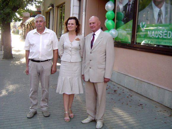 A.S. Nausėda (dešinėje) su partijos bičiuliais, kandidatais į Seimą V. Dylertu ir V. Jankauskaite-Milčiuviene prie rinkimų štabo.