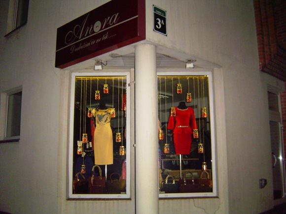 Komisijos nuomone, gražiausiai savo vitriną Kalėdų šventėms papuošė parduotuvė 'Anora'. (Oresto Lidžiaus nuotr.)