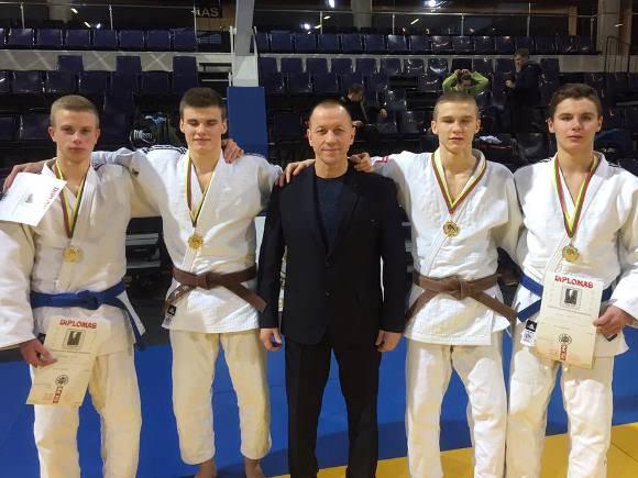 R. Lukošius su savo auklėtiniais, respublikinio čempionato prizininkais.