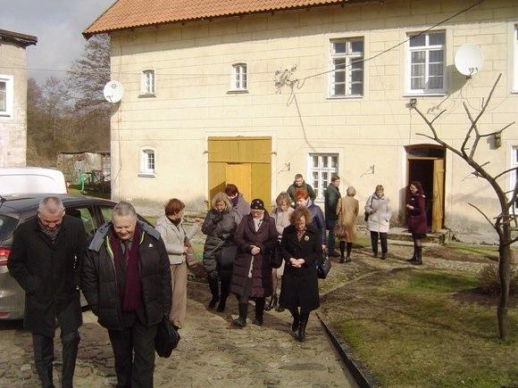 Diskusijos dalyviai apžiūrėjo H. Zudermano ekspoziciją Macikuose. (Oresto Lidžiaus nuotr.)
