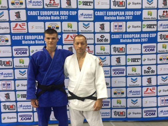 Edvardas Sagalec (nuotraukoje su treneriu R. Lukošiumi) iškovojo teisę atstovauti Lietuvai Europos čempionate. (R. Lukošiaus asmeninio archyvo nuotr.)