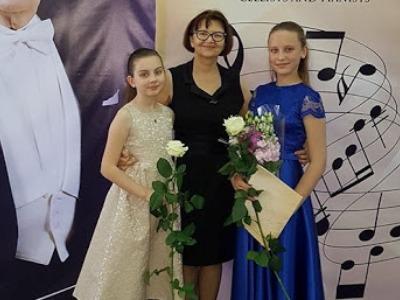 Tarptautinio konkurso laureatės M. Siliūtė ir K. Stonytė su savo mokytoja L. S. Tunaitiene.  (Šilutės meno mokyklos nuotr.)