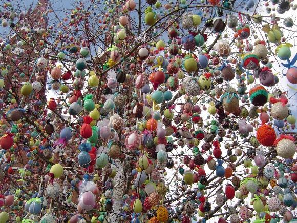 Praėjusių metų kovą ant Švėkšnos Velykų medžio buvo sukabinta per 16 000 margučių, šiemet jų žada būti kone dvigubai daugiau. (Švėkšnos muziejaus nuotr.)